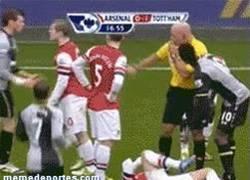 Enlace a GIF: Bale llamó enano a Wilshere....