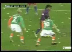 Enlace a GIF: Engaño de genio de Ronaldinho [Remember]
