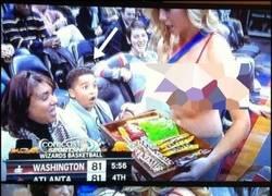 Enlace a Este niño acaba de descubrir cuál es su caramelo favorito
