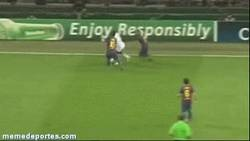 Enlace a GIF: Seedorf contra Messi y Alves [remember]