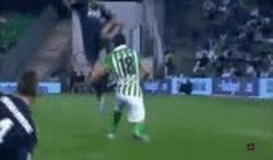 Enlace a GIF: Falta Brutal de Pepe Al jugador del Betis