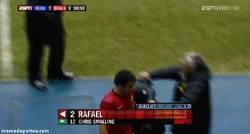 Enlace a GIF: Rafael pasa del utillero del United