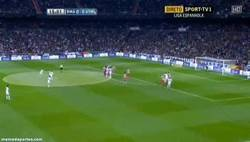Enlace a GIF: Ya que marca, otra perspectiva del golazo de Cristiano de falta al Atlético de Madrid