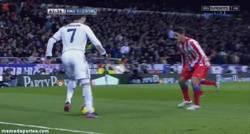 Enlace a GIF: Mira mira, qué regate que te ha... [Fail de Cristiano Ronaldo]