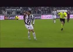 Enlace a GIF: Marchisio bajándola con gran categoría