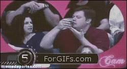 Enlace a GIF: Estás en un partido de béisbol cuando sales en la Kiss Cam y...