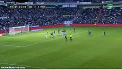 Enlace a GIF: Golazo de falta de Özil contra el Valladolid