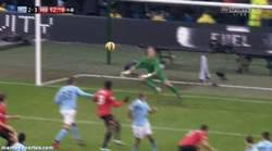 Enlace a GIF: Y con este golazo de Van Persie, el United se lleva el derbi de Manchester