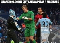 Enlace a Un aficionado del City salta a pegar a Ferdinand
