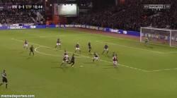 Enlace a GIF: Golazo de Glen Jonhson para el Liverpool