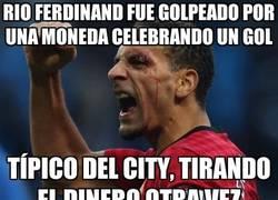 Enlace a Rio Ferdinand fue golpeado por una moneda