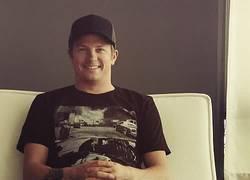 Enlace a GIF: Räikkönen riéndose, demostrando que quedan 11 días para el fin del Mundo