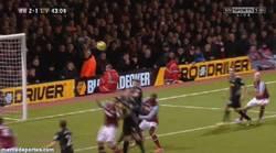 Enlace a GIF: Gerrard también sabe marcar golazos en propia puerta
