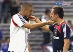 Enlace a GIF: El curioso saludo de Benzema y Ribery