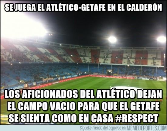 51934 - Los aficionados del Atlético ayudando al Geta