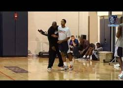 Enlace a VÍDEO: Cansado de los malos resultados de su equipo, Michael Jordan fue al entrenamiento a dar clase