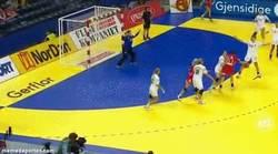 Enlace a GIF: Golazo de espaldas en balonmano femenino