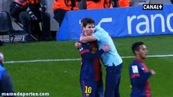 Enlace a GIF: Abrazo del espontáneo con Messi