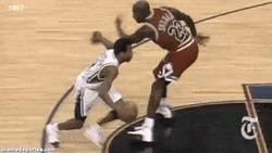 Enlace a GIF: Esto le hacía Allen Iverson en la cara a Jordan