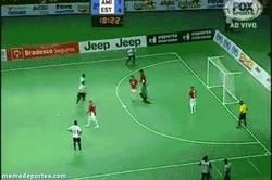 Enlace a GIF: El mejor tiro libre de la historia del fútbol sala