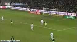 Enlace a GIF: Golazo de Eriksen para el Ajax