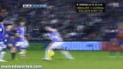 Enlace a GIF: Golazo de Messi con caño incluído vs Valladolid