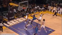 Enlace a GIF: Brutal tapón de Kobe