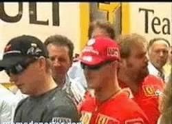 Enlace a GIF: Schumacher trolleando a Räikkönen