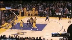 Enlace a GIF: Así es como sufren los Lakers para ganar