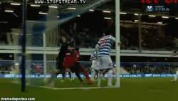 Enlace a GIF: Inexplicable gol en propia del portero Rob Green