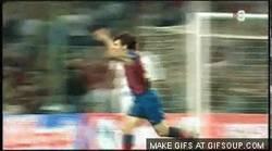 Enlace a GIF: Aquí se dio el relevo Ronaldinho - Messi