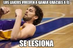 Enlace a Los Lakers vuelven a ganar gracias a él