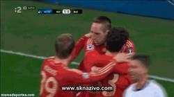 Enlace a GIF: ¡Fuera de aquí!, no quiero celebrar el gol contigo