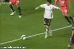 Enlace a GIF: Hace mucho, mucho tiempo, caño de Villa a Dani Alves