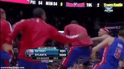 Enlace a GIF: Así celebran las cosas en la NBA, dejando K.O. a un compañero