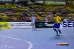 Enlace a GIF: El fútbol sala también tiene su gracia