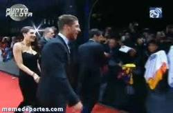 Enlace a GIF: Casillas firmando una camiseta del Barça