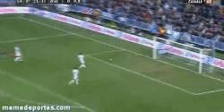 Enlace a GIF: Y claro, a Messi no le regales balones