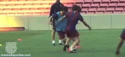 Enlace a GIF: Sólo Messi puede hacerle esto al gran Puyol y salir vivo