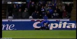 Enlace a GIF: Hazard haciendo amigos en Swansea, pegando a un recogepelotas que pierde tiempo