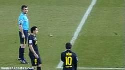 Enlace a GIF: Sí, Perez Lasa le dice a Messi que tire rápido una falta para sorprender