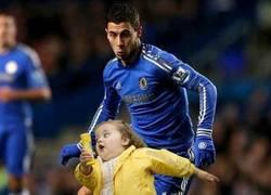 Enlace a Hazard y la niña que huye