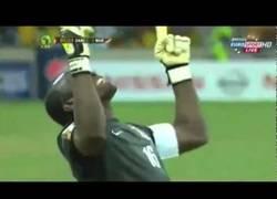 Enlace a VÍDEO: Penalti a la escuadra del portero de Zambia, algunos deberían aprendrer...