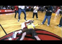 Enlace a VÍDEO: Fan de los Heat gana 75,000$ y un abrazo-placaje de LeBron