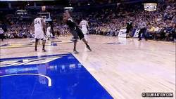 Enlace a GIF: Parece que a Batman no le gusta el baloncesto
