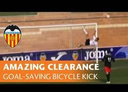 Enlace a VÍDEO: Esto es salvar un gol, y lo demás son tonterias