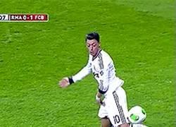Enlace a GIF: Control con tacón de Özil #Magic