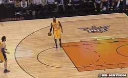 Enlace a GIF: Para que luego digáis que Kobe nunca la pasa