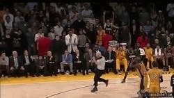 Enlace a GIF: Árbitro, tío, al menos disimula que odias a los Lakers