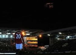 Enlace a El apagón en el Fulham-Manchester United, mejor que muchas portadas del FIFA